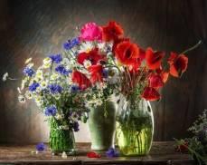 63562750-bouquet-de-fleurs-des-champs-dans-le-vase-sur-la-table-en-bois